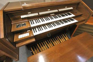 Organ vs. Piano: Which is the better choice for you? - Blog and News updates from Evola Music - blog-organ2